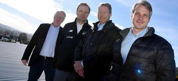 I SOLEN: Knut Wille (Kontorbygg), Einar Håndlykken (Odds Ballklubb), Knut Barland (Skagerak Energi) og Stig Simonsen (Skagerak Nett) FOTO: BJØRN HARRY SCHØNHAUG