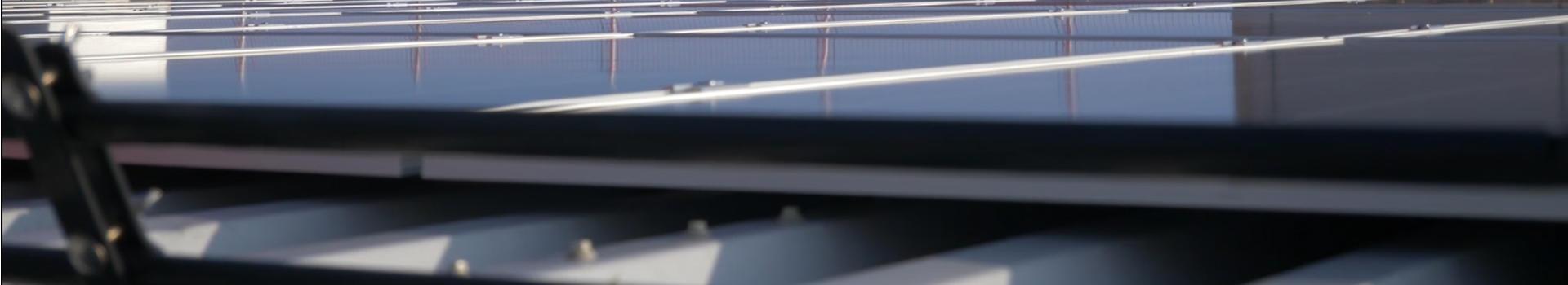 Solcellepaneler på taket på Skagerak Arena