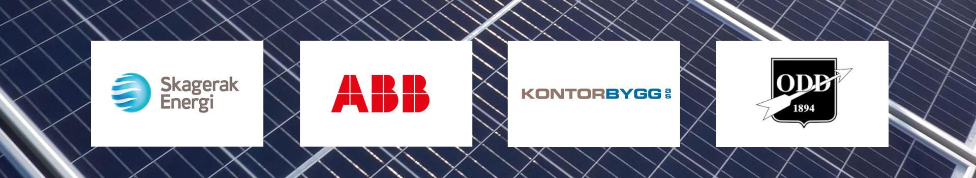 Fire logoer plassert på et solcellepanel